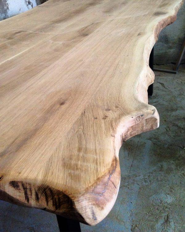 Τραπέζι τραπεζαρίας από μασίφ κερωμένο κορμό δρυς και μεταλλική στιβαρή βάση .